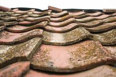 Azulejos viejos de la arcilla El tejado de la casa vieja de la casa del ` de los padres imagen de archivo libre de regalías