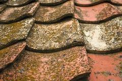 Azulejos viejos de la arcilla El tejado de la casa vieja de la casa del ` de los padres fotos de archivo libres de regalías