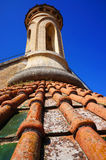 Azulejos y torreta rojos de azotea Foto de archivo libre de regalías