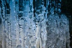 Azules claros Formación de hielo natural, carámbanos grandes que parecen stal Fotografía de archivo