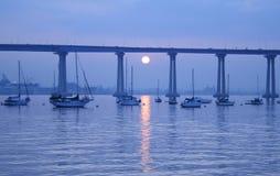 Azules de la mañana del puente de la bahía Imágenes de archivo libres de regalías