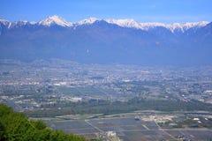 Azumino stad och Japan fjällängar Royaltyfria Bilder