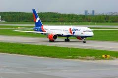Azur Air Airline Boeing 757-2Q8 flygplan i Pulkovo den internationella flygplatsen i St Petersburg, Ryssland Royaltyfri Bild