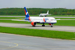 Azur Air Airline Boeing 757-2Q8 flygplan i Pulkovo den internationella flygplatsen i St Petersburg, Ryssland Arkivbild