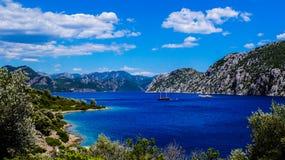 Azur góry i morze Obrazy Royalty Free