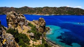 Azur hav och berg Arkivfoton