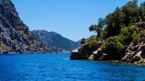 Azur hav och berg Arkivbild