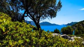 Azur hav och berg Royaltyfria Foton