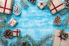 Azur wood bakgrund Gröna granfilialer, lurar Julhälsningkort och nytt år Göra mellanslag för meddelande för jultomten` s Arkivbilder