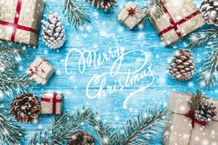 Azur wood bakgrund Gröna granfilialer, lurar Julhälsningkort och nytt år Göra mellanslag för meddelande för jultomten` s Arkivfoto
