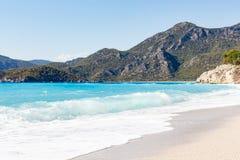 Azurblau bewegt in Insel, Osteuropa wellenartig Die Türkei stockfoto