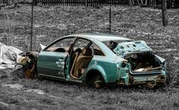 Azurblau ruinierte verlassenes Luxusauto lizenzfreies stockbild