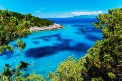 Azurblau versteckte Bucht auf griechischer Insel Haarscharfes Wasser auf sonnigem summerday lizenzfreies stockfoto