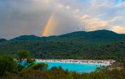 Azurblaue Bucht und Regenbogen in Korsika, Frankreich Lizenzfreie Stockfotos