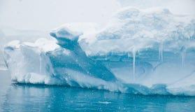 Azurblaue Eisberge und Eiszapfen Lizenzfreie Stockfotos