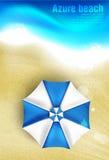 Azurblaue Küste mit Strandschirmen Lizenzfreie Stockfotos