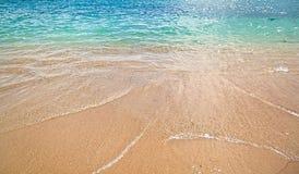 Azurblaue Meereswellen mit Strand mit gelbem Sand Licht des hellen Sonnenscheins und schönes Meer Stockbild