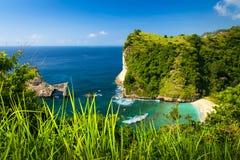Azurblaue Strandlagune mit felsigen Bergen und klarem Wasser vom Indischen Ozean am sonnigen Tag Lizenzfreies Stockbild