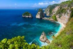 Azurblaue Strandlagune mit felsigen Bergen und klarem Wasser vom Indischen Ozean am sonnigen Tag Stockfoto