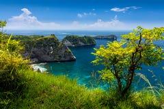Azurblaue Strandlagune mit felsigen Bergen und klarem Wasser vom Indischen Ozean am sonnigen Tag Lizenzfreie Stockfotos
