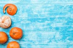 Azurblauer hölzerner Hintergrund Für Aufschriften und Wünsche hellblau, Meer Mandarinen mit einem Geschmack von Feiertagen und vo lizenzfreie stockfotografie