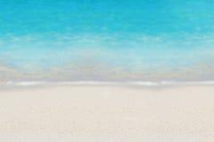 Azurblauer Ozean- und Sandhintergrund Lizenzfreie Stockfotos