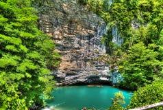 Azurblauer See in Abchasien lizenzfreie stockfotografie