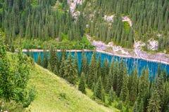 Azurblauer See unter Gebirgsfelsen Lizenzfreies Stockfoto