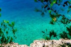 Azurblaues Meerwasser in Montenegro, das adriatische Meer Stockfoto