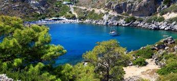 Azurblaues Wasser an einem kleinen Schacht in Rhodos Griechenland Lizenzfreies Stockfoto