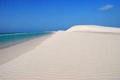 Azurblaues Wasser und weißer Sand Stockfotografie