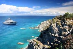 azure свободный полет Италия Калабрии шлюпки Стоковое фото RF