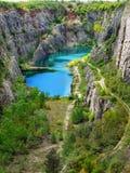Azure Blue Lake kalkstenvillebråd arkivbilder