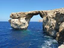 Azure Blue Window i den Gozo Malta visningen vaggar bildande Arkivfoto