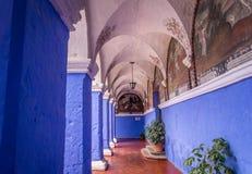 Azure Cloister em Santa Catalina Monastery em Arequipa, Peru foto de stock