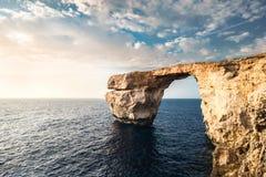 azure fönster Härlig stenbildandebåge i Malta, Europa Arkivbilder