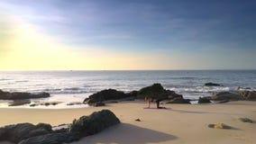 Azure Ocean e menina ilimitadas na opinião da parte superior da praia filme