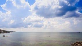 Azure Sea Bay Palm Trees på för guld- blå himmel sandstrand för kust lager videofilmer
