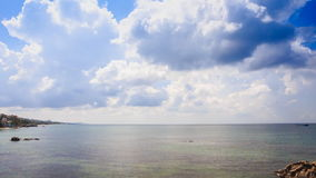Azure Sea Bay Palm Trees sur le ciel bleu de plage d'or de sable de côte banque de vidéos