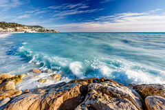 Azure Sea e spiaggia di Beuatiful Nizza, in Riviera francese Immagine Stock