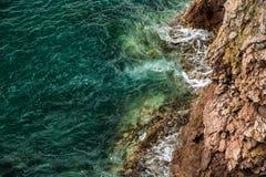 Azure Sea van Japan en Rode Rotsen stock afbeeldingen