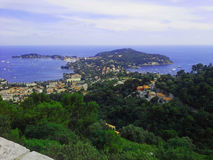 Azure seglar utmed kusten arkivfoto