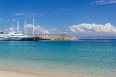 Azure Water und blauer Himmel von Rhodes Greece stockfotografie