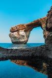 Azure Window, arco di pietra famoso dell'isola di Gozo dentro fotografie stock libere da diritti