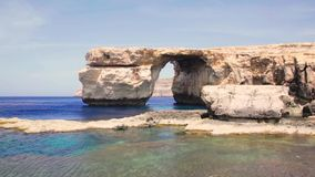 Azure Window, beroemde steenboog van Gozo-eiland in de zon in de zomer, Malta stock videobeelden