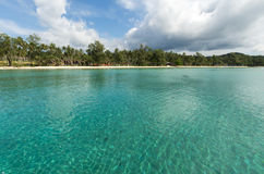Azurer bevattnar på stranden Arkivbilder