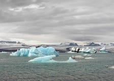 Azurijsberg die in de wateren van Jokulsarlon-lagune, het Nationale Park van Vatnajokull, Zuid-IJsland, Europa drijven stock foto's