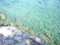 Azurt blått vatten av Adriatiskt havet Arkivbild