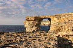 Azurt fönster i ön Gozo Arkivbild