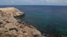 Azurt havslandskap på udde Greco i Cypern stock video